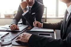 Zwei Geschäftsmänner in einer Diskussion im Büro lizenzfreies stockbild
