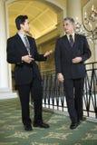 Zwei Geschäftsmänner im Hotel. Lizenzfreies Stockfoto