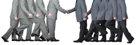 Zwei Geschäftsmänner rütteln Hände stockfotos