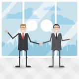 Zwei Geschäftsmänner sind sich über einen Hintergrund der Stadt einig Stockfotos