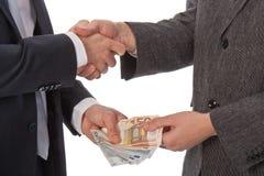 Zwei Geschäftsmänner und zahlen Geld stockfotos
