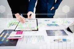 Zwei Geschäftsmannüberzeugte Exekutivkollegen, die im Büro sich treffen und sich besprechen Stockfotos