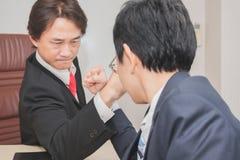 Zwei Geschäftsmann-Competing In Arm-Ringkampf Stockbilder