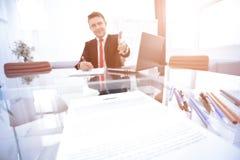 Zwei Geschäftsmann, der miteinander Hände über unterzeichnetem Vertrag rüttelt Stockbilder