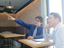 Zwei Geschäftsmann Pointing der Finger lizenzfreie stockfotos