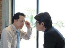 Zwei Geschäftsmann Staring an einander stockbilder