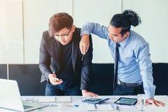 Zwei Geschäftsmannsitzung und Glückerfolg Planungs-Strategie lizenzfreie stockfotos