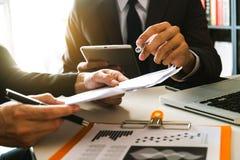 Zwei Geschäftstreffenprofessioneller anleger, der zusammenarbeitet lizenzfreie stockbilder