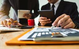 Zwei Geschäftstreffenprofessioneller anleger, der zusammenarbeitet lizenzfreies stockfoto