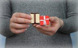 Zwei Geschenkboxen in den Händen der Frau Lizenzfreie Stockfotografie