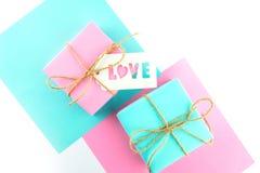 Zwei Geschenkboxen des Rosas und blau lizenzfreie stockfotos