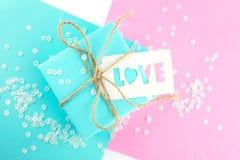 Zwei Geschenkboxen des Rosas und blau Geschenkumbau mit der Aufschriftliebe lizenzfreies stockfoto