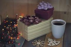 Zwei Geschenkboxen, ein Weihnachtsbaum und eine Schneeflocke, auf dem tablen Stockfotografie