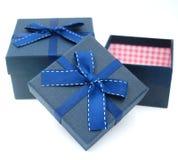 Zwei Geschenkboxen mit der Fliege auf die Oberseite lizenzfreies stockbild