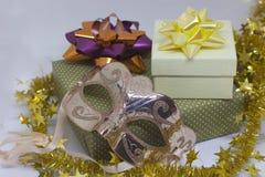 Zwei Geschenkboxen und Karnevalsmaske auf weißem Hintergrund Stockfoto