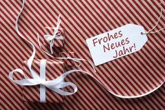 Zwei Geschenke mit Aufkleber, Neues Jahr bedeutet guten Rutsch ins Neue Jahr Lizenzfreie Stockfotos