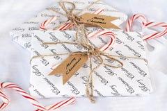 Zwei Geschenke mit frohe Weihnacht-Tags und Zuckerstangen stockbild
