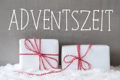 Zwei Geschenke mit Schnee, Adventszeit bedeutet Advent Season Lizenzfreies Stockfoto