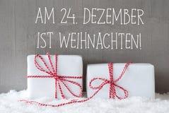 Zwei Geschenke mit Schnee, Weihnachten bedeutet Weihnachten Stockfotos