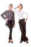 Zwei Geschäftsfrauen in den beiläufigen Haltungen Lizenzfreies Stockfoto