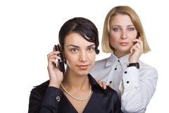 Zwei Geschäftsfrauen, die auf Handy sprechen Stockfotos