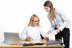 Zwei Geschäftsfrauen, die Dokument sprechen und unterzeichnen Lizenzfreie Stockfotografie