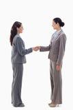 Zwei Geschäftsfrauen, die Hände rütteln Lizenzfreies Stockfoto