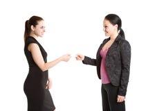 Zwei Geschäftsfrauen und Visitenkarte Stockfoto
