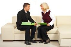 Zwei Geschäftsleute, die Gespräch haben Lizenzfreie Stockfotos