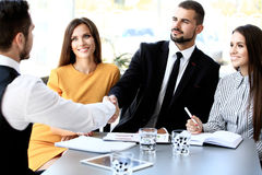 Zwei Geschäftsmänner, die Hände im Büro rütteln Lizenzfreie Stockbilder