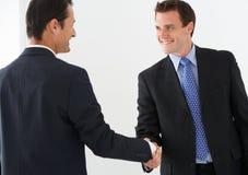 Zwei Geschäftsmänner, die Hände rütteln Stockfoto