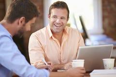 Zwei Geschäftsmänner, die am Schreibtisch zusammenarbeiten Lizenzfreies Stockbild