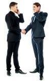 Zwei Geschäftsmänner, die am Telefon sprechen Stockfoto