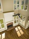 Zwei Geschichte-Wohnzimmer mit Kamin von oben lizenzfreies stockbild