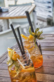 Zwei geschmackvolle Cocktails auf tropischem weißem Strand Stockbild