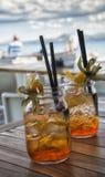 Zwei geschmackvolle Cocktails auf tropischem weißem Strand Stockbilder
