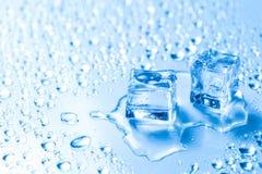 Zwei geschmolzene Eiswürfel mit Wassertropfen stockbilder