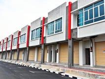 Zwei Geschoss-Geschäfts-Gebäude Lizenzfreies Stockfoto