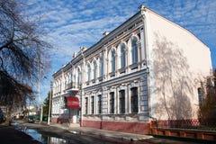 Zwei-Geschosshaus mit schönen Fenstern und einem Balkon Lizenzfreies Stockfoto