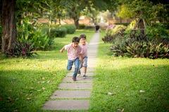 Zwei Geschwister, die im Park spielen Lizenzfreies Stockfoto