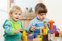 Zwei Geschwister, die zusammen im Haus spielen Lizenzfreies Stockfoto