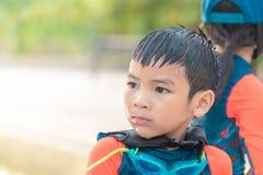 Zwei Geschwister, wenn Sie zusammen im Wasser-Aquaparkpool spielen lizenzfreie stockbilder