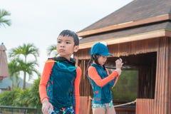 Zwei Geschwister, wenn Sie zusammen im Wasser-Aquaparkpool spielen lizenzfreie stockfotografie