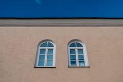 Zwei gewölbte Fenster Stockbild