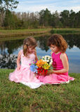 Zwei girlswith Blumen lizenzfreies stockfoto