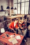 Zwei Gitarristen, welche die Musik in ihrer geräumigen Wohnung spielen lizenzfreies stockfoto