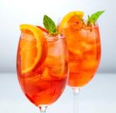 Zwei Gläser aperol spritz Cocktail lizenzfreies stockbild