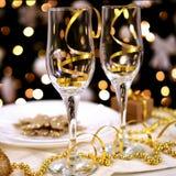 Zwei Gläser auf der verzierten Tabelle für Weihnachten Lizenzfreies Stockbild