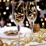 Zwei Gläser auf der verzierten Tabelle für Weihnachten Stockbild