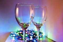 Zwei Gläser auf einem Hintergrund von Lichtern Lizenzfreie Stockfotos